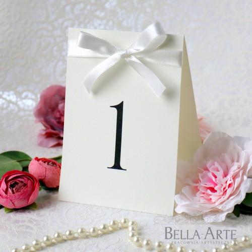 Eleganckie Numery stołów weselnych z tasiemką